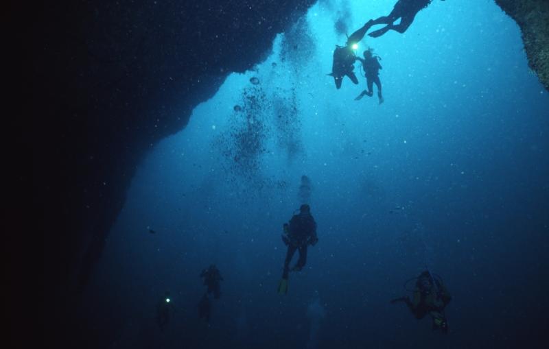Divers descending into Blue Hole-Belize