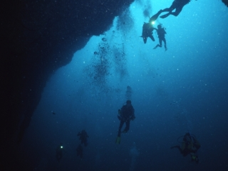 Divers descending into Blue Hole-Belize